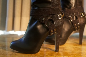 מי מכן תוכל לסרב לנעליים שיש להן סטייל, עשויות חומרים נושמים ואיכותיים שיוצרו באיטליה ותהליך הייצור לא ניצל אף חיה לרעה? ובכן אני לא הייתי מסרבת! סטודיו Krže היושב בלוס אנג׳לס, קליפורניה בבעלותה של המעצבת הצעירה Leila Tamar Kerze עומד מאחורי קו טבעוני חדש של נעליים, תיקים, אקססוריז וחגורות לנשים ולגברים. Kerze גם אחראית למייזם המכונה wish you were vegan שמטרתו לעורר ולעודד את תעשיית האופנה לשאוף לעתיד פחות פוגעני בתעשייה. לצפייה בסרטון בנושא הקו הטבעוני של סטודיו Krže: http://m.ecouterre.com/ecouterre/#!/entry/help-kre-studio-kickstart-its-luxury-vegan-footwear-collection,515c4fc4d7fc7b567096d456/media/1